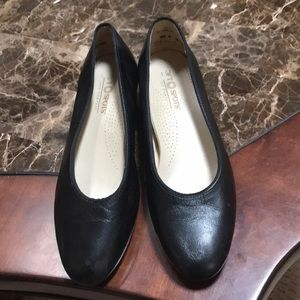 SoftSpots flats Black leather upper sz 81/2